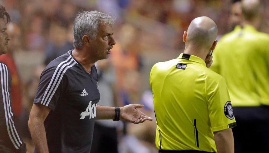 Referee-makes-strange-decision