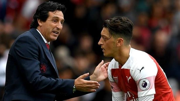 mesut-ozil-and-head-coach-unai-emery